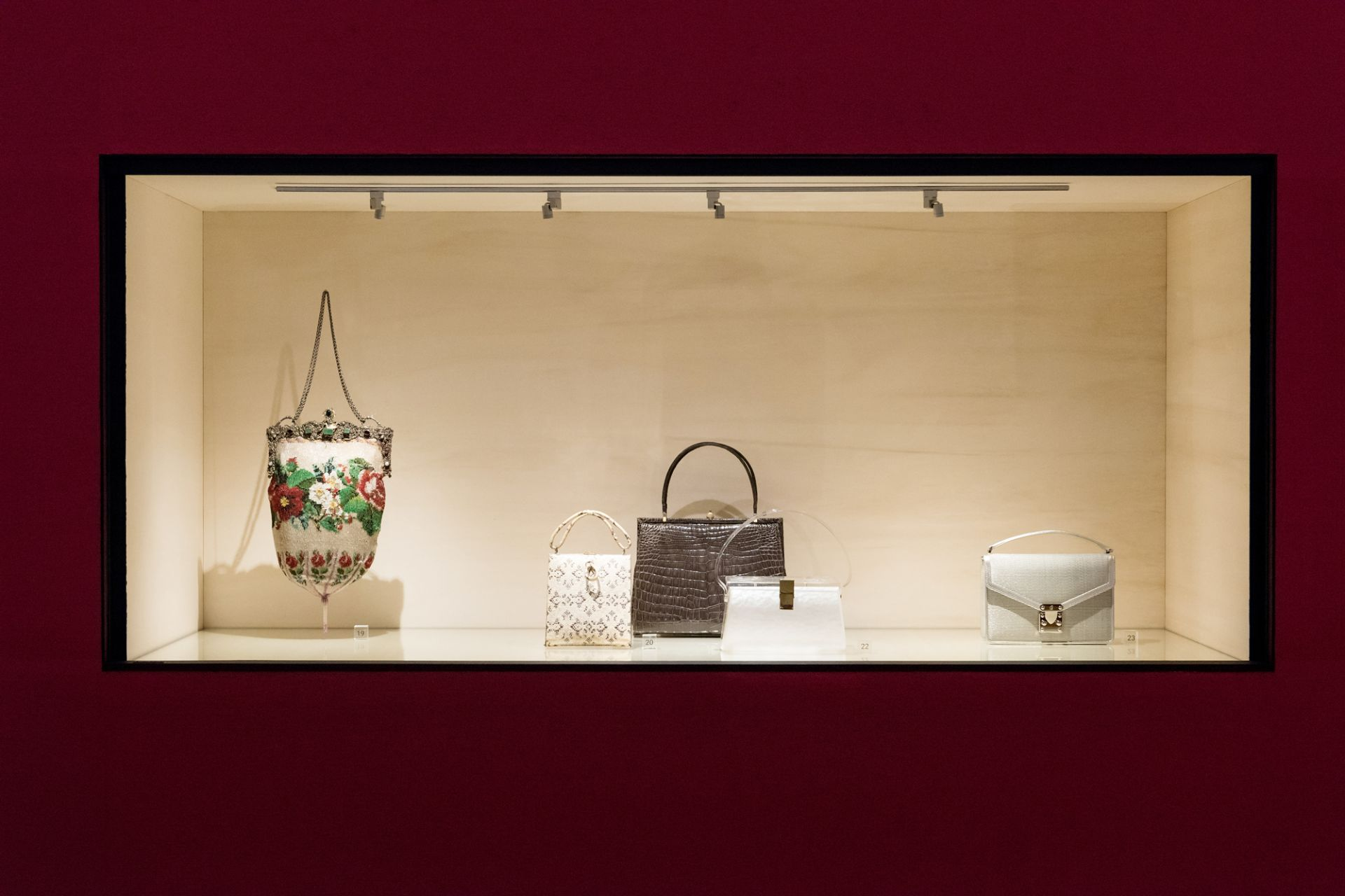 Ausstellungsansicht, Handtaschen