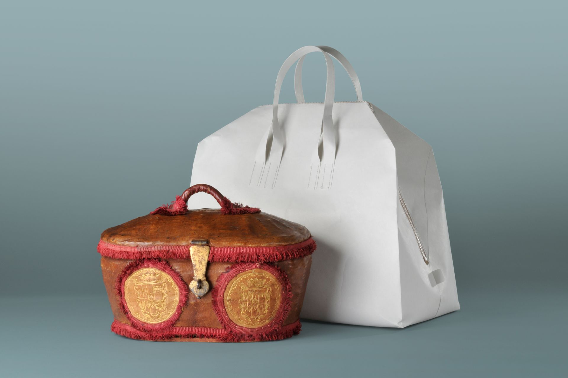 Travel basket Pope Clemens IX, Rome, 17th century and off white PAPIER 135g, travel bag, Saskia and Stefan Diez, Germany, 2010