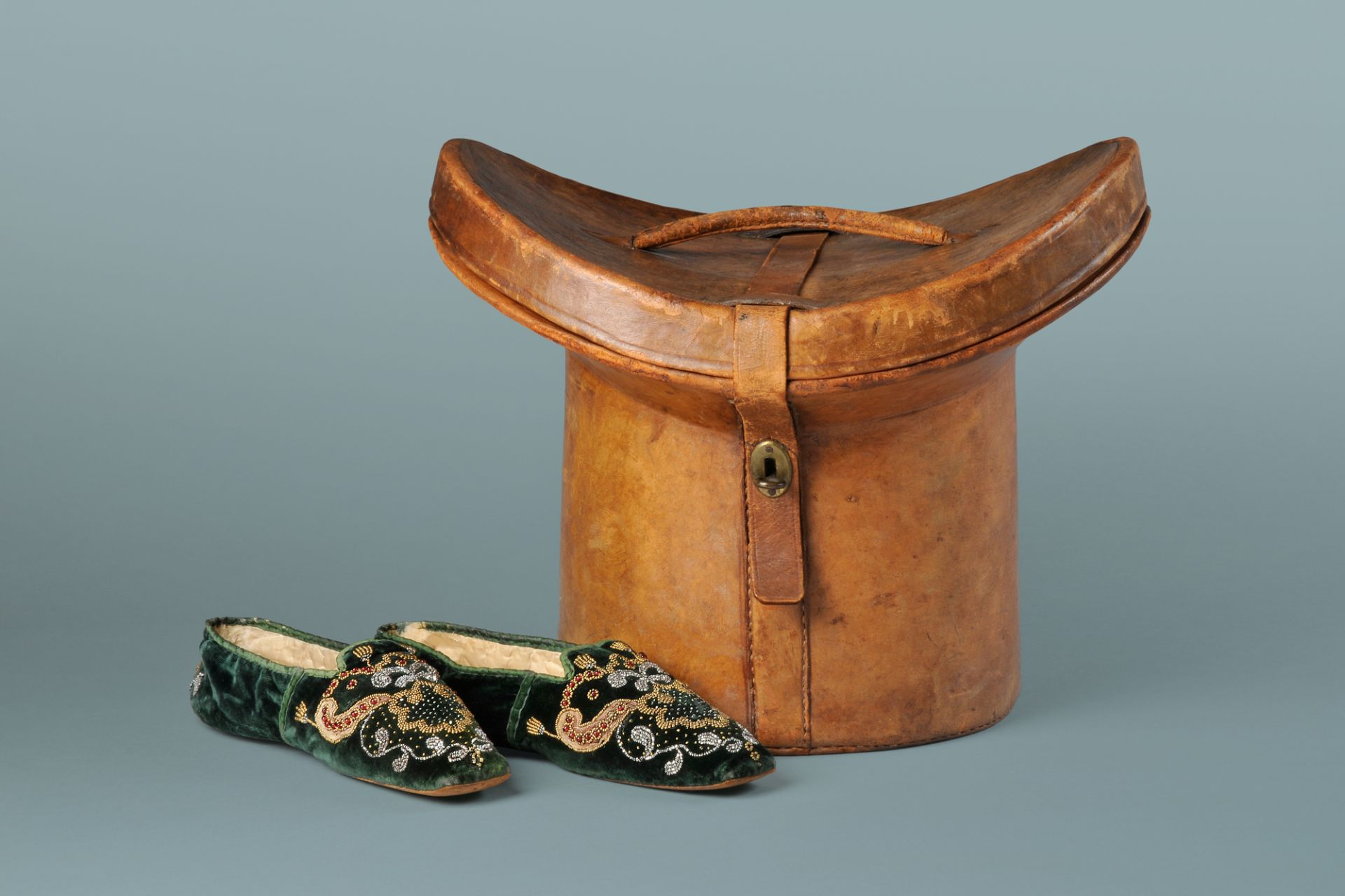 Johann Wolfgang von Goethe's top hat bandbox, origin unknown, early 19th century and Ulrike von Levetzow's slippers, origin unknown, approx. 1825