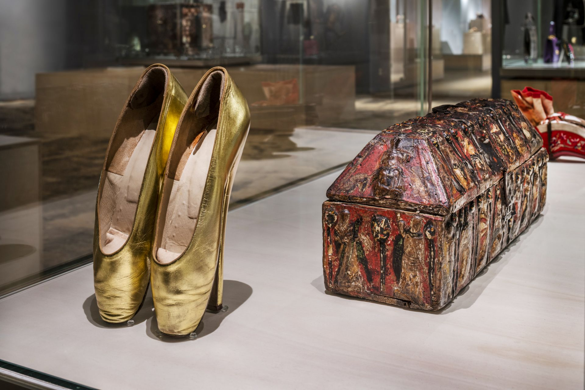 Fetish pumps, ballet heels, origin unknown, 1935/1936 and lover's box, probably Italy, 14th century