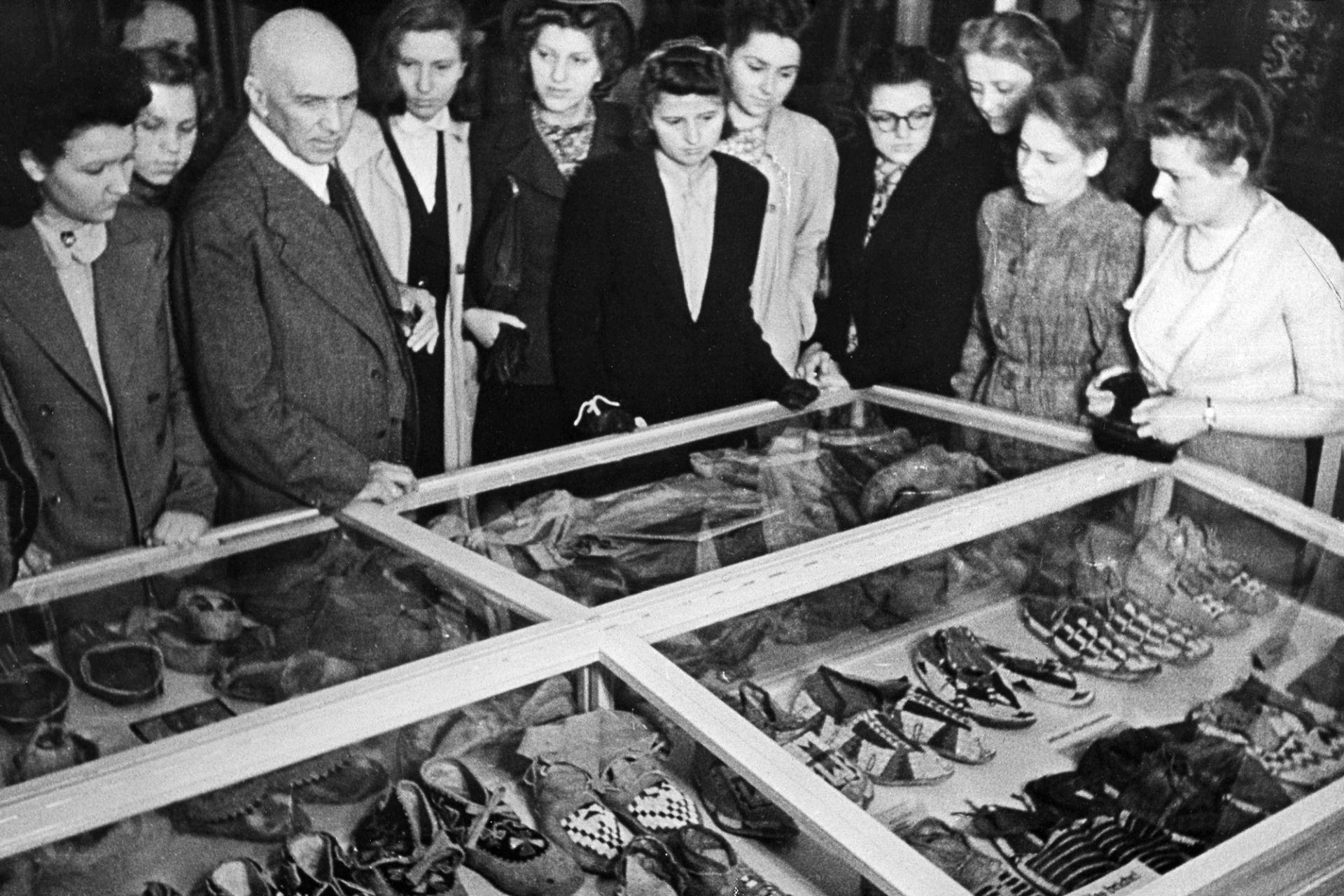 Museumsführung mit Hugo Eberhardt, um 1942